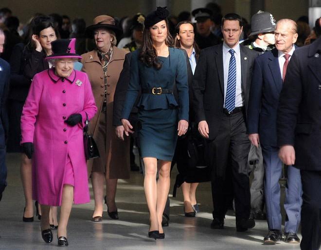 Thần thái xuất chúng của Công nương Kate trong chuyến đi đầu tiên với Nữ hoàng Anh năm 2012 gây sốt trở lại - ảnh 1
