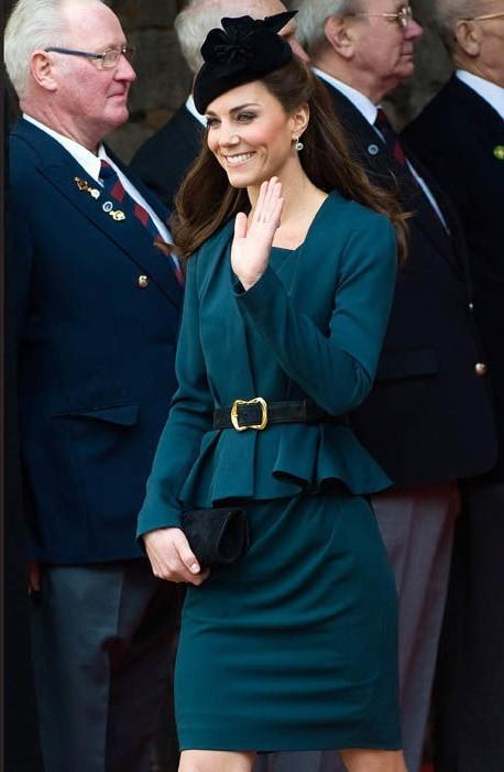 Thần thái xuất chúng của Công nương Kate trong chuyến đi đầu tiên với Nữ hoàng Anh năm 2012 gây sốt trở lại - ảnh 2