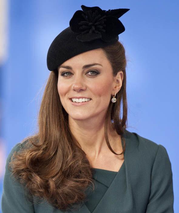 Thần thái xuất chúng của Công nương Kate trong chuyến đi đầu tiên với Nữ hoàng Anh năm 2012 gây sốt trở lại - ảnh 3