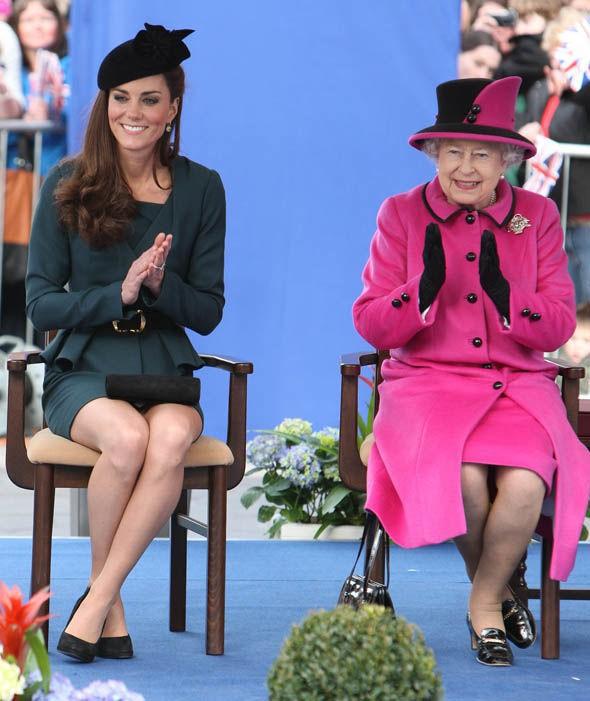 Thần thái xuất chúng của Công nương Kate trong chuyến đi đầu tiên với Nữ hoàng Anh năm 2012 gây sốt trở lại - ảnh 4