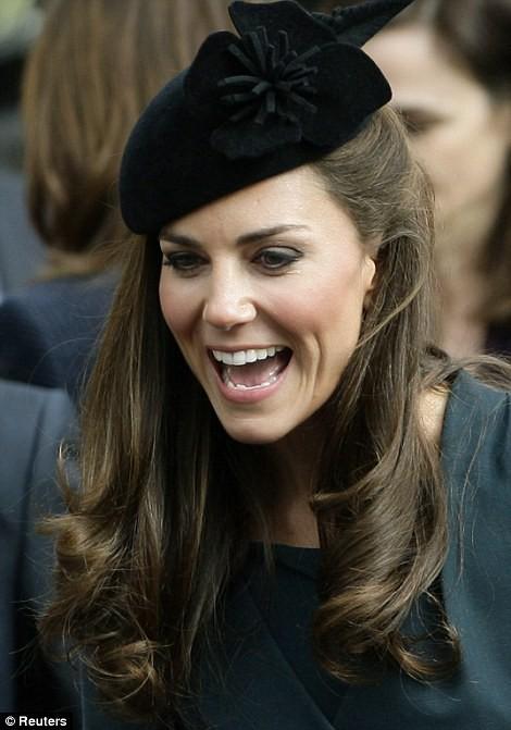 Thần thái xuất chúng của Công nương Kate trong chuyến đi đầu tiên với Nữ hoàng Anh năm 2012 gây sốt trở lại - ảnh 6