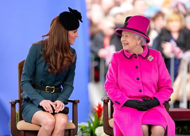 Thần thái xuất chúng của Công nương Kate trong chuyến đi đầu tiên với Nữ hoàng Anh năm 2012 gây sốt trở lại - ảnh 7
