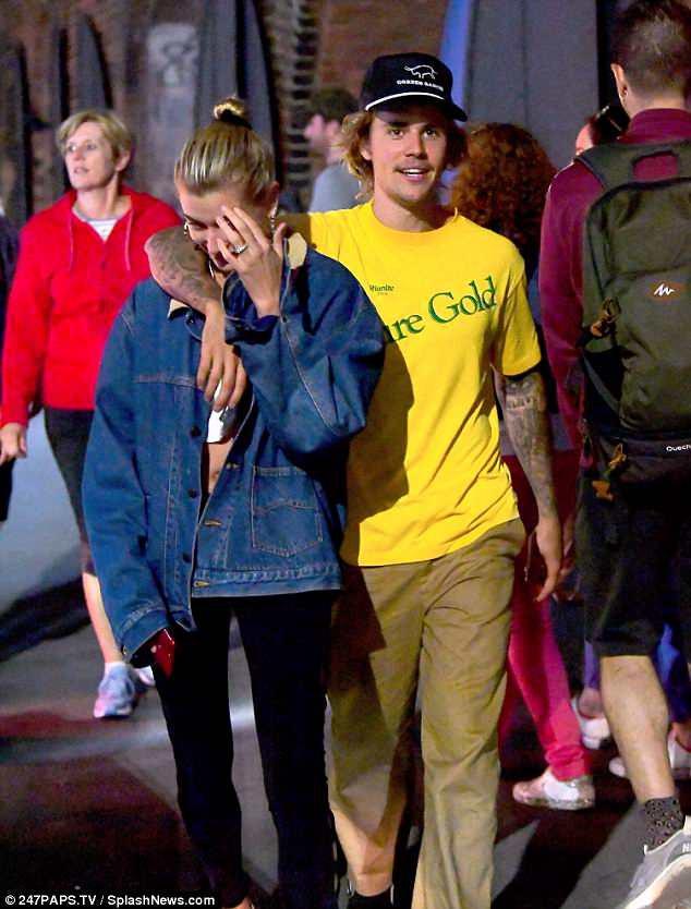 Ở bên cô gái khác, Justin Bieber vẫn tức giận khi Selena Gomez bị gọi là xấu xí - ảnh 1