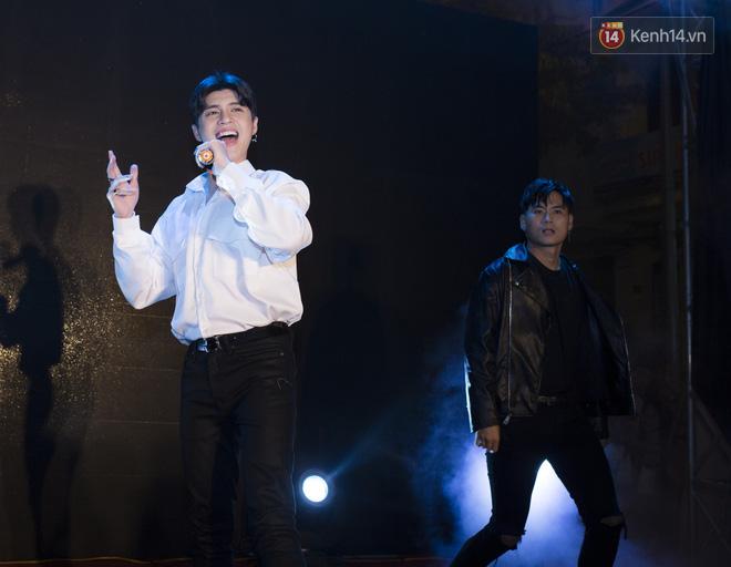 Nghe Noo Phước Thịnh thể hiện ca khúc mới, khán giả Hà Nội dừng xe lại xem đến nghẽn cả khu phố - Ảnh 3.
