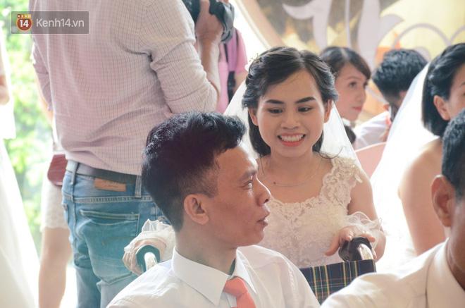 Chuyện tình cảm động phía sau đám cưới của chú rể khiếm thị và cô dâu đột biến gen có mái tóc bạc trắng ở Hà Nội - Ảnh 1.