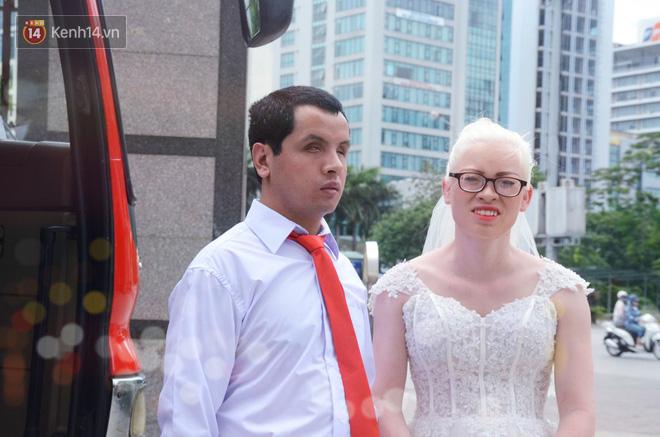 Chuyện tình cảm động phía sau đám cưới của chú rể khiếm thị và cô dâu đột biến gen có mái tóc bạc trắng ở Hà Nội - Ảnh 2.
