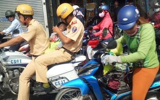 Bé trai được 2 chiến sĩ CSGT ở Sài Gòn cho bú bình trên đường đi cấp cứu đã xuất viện
