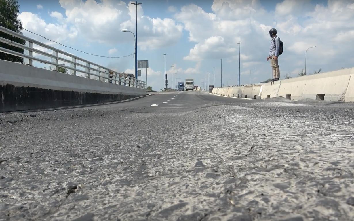 Cầu vượt hơn 200 tỷ đồng ở Sài Gòn vừa thông xe 1 ngày thì bị sụt lún và trồi nhựa