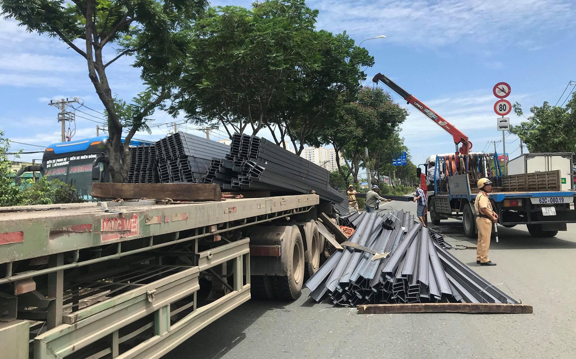 Container phanh gấp khiến hàng tấn thép phía sau trượt tới ủi bay cabin, tài xế mắc kẹt bên trong nguy kịch