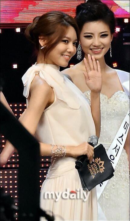 """Trớ trêu các cuộc thi sắc đẹp Hàn Quốc: Hoa hậu bị """"kẻ ngoài cuộc"""" lấn át nhan sắc ngay trong đêm đăng quang! - ảnh 28"""