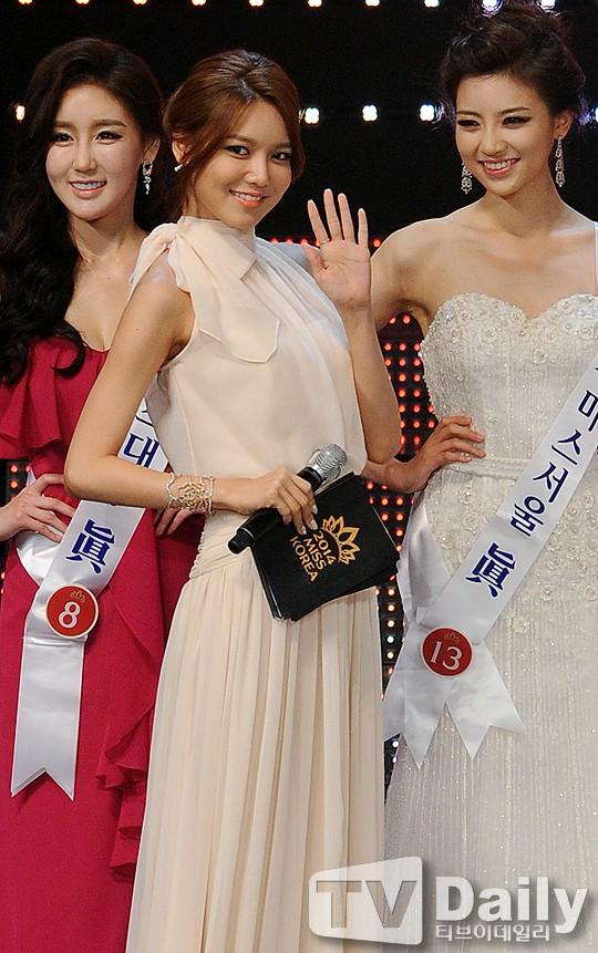 """Trớ trêu các cuộc thi sắc đẹp Hàn Quốc: Hoa hậu bị """"kẻ ngoài cuộc"""" lấn át nhan sắc ngay trong đêm đăng quang! - ảnh 29"""