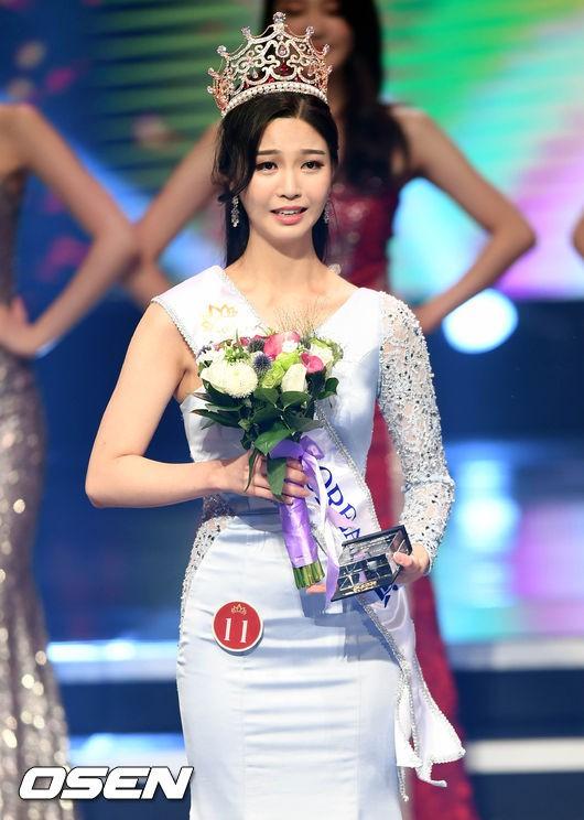 """Trớ trêu các cuộc thi sắc đẹp Hàn Quốc: Hoa hậu bị """"kẻ ngoài cuộc"""" lấn át nhan sắc ngay trong đêm đăng quang! - ảnh 10"""