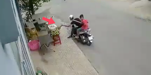 Tp.HCM: Thanh niên đi SH ăn trộm sầu riêng bày bán tại vỉa hè - Ảnh 2.