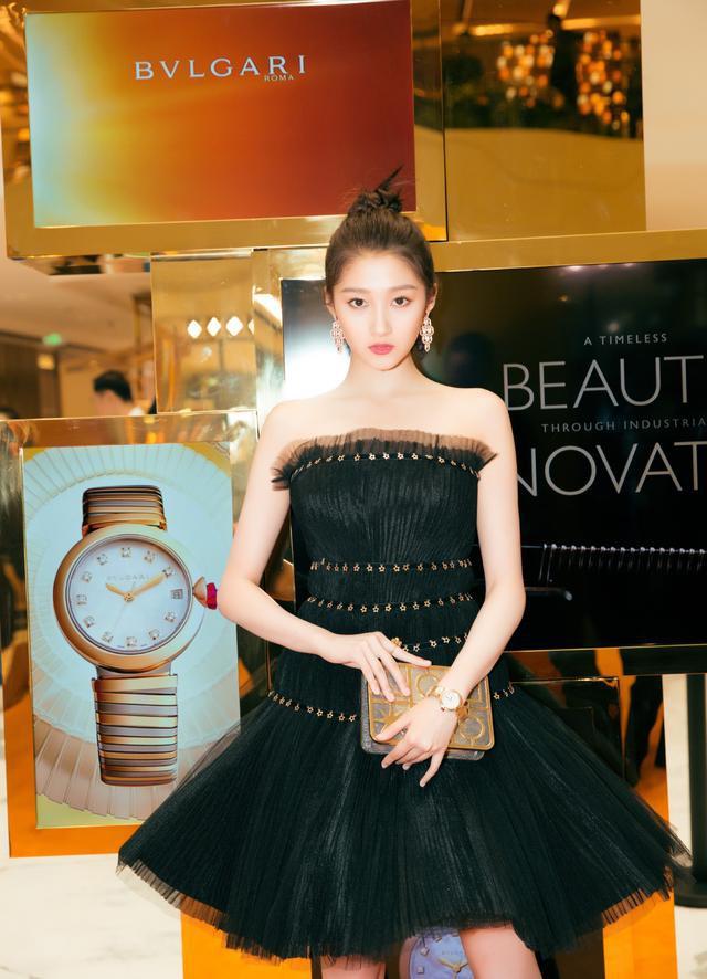 Không cần photoshop, bạn gái Luhan đẹp không tì vết bất chấp cả camera thường - ảnh 2