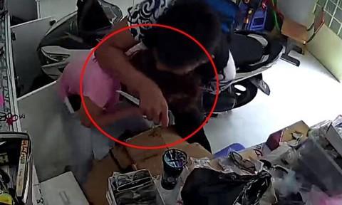 Nam thanh niên dùng dao kề cổ chủ tiệm tạp hoá, cướp tài sản giữa ban ngày - ảnh 1