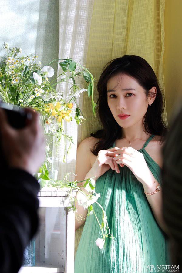 Hình hậu trường của Son Ye Jin chứng minh: Đã là tường thành nhan sắc thì bất chấp, không cần photoshop - ảnh 10