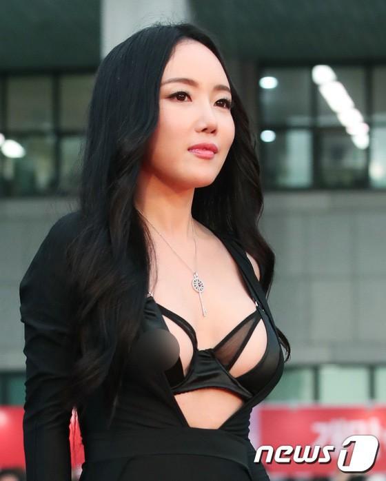 Những khoảnh khắc gây sốc đi vào lịch sử thảm đỏ Kbiz: Sao vô danh chiêu trò hở bạo, Goo Hye Sun bỗng lọt top - Ảnh 18.