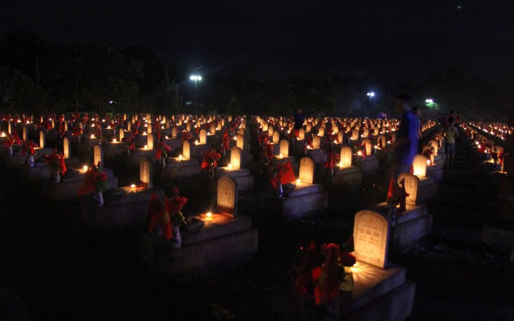 Hơn 11.000 ngọn nến được thắp tri ân các anh hùng, liệt sỹ tại Nghĩa trang Việt Lào