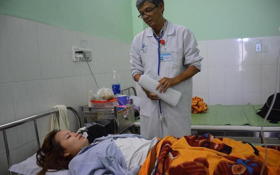 Vừa đám cưới xong, cô giáo mầm non bị phụ huynh đánh thủng màng nhĩ lại phải nhập viện do liên tục ngất xỉu