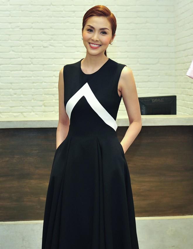 Hà Tăng cũng từng diện bộ váy đen y chang thiết kế mà Lan Khuê mặc đi mặc lại  - Ảnh 5.