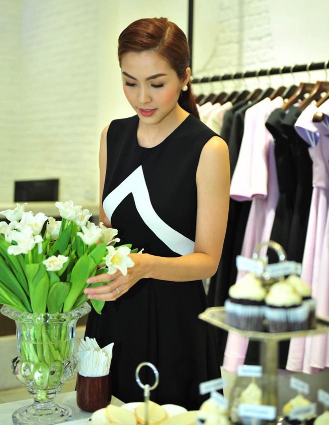 Hà Tăng cũng từng diện bộ váy đen y chang thiết kế mà Lan Khuê mặc đi mặc lại  - Ảnh 7.