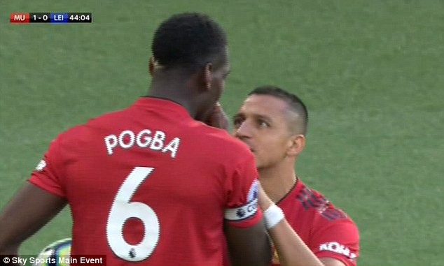 Cận cảnh tình huống Sanchez giành đá penalty nhưng Pogba không cho phép - Ảnh 1.