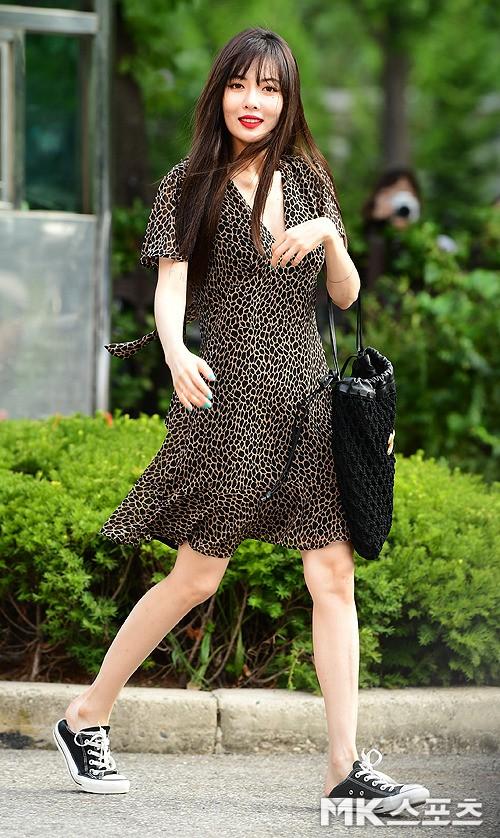 """Đụng hàng mà hơn đến 10 tuổi, """"chị Đẹp"""" Son Ye Jin vẫn lấn lướt HyunA vì khoe được lợi thế - ảnh 3"""