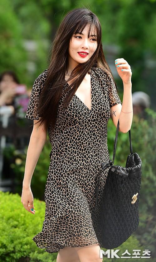 """Đụng hàng mà hơn đến 10 tuổi, """"chị Đẹp"""" Son Ye Jin vẫn lấn lướt HyunA vì khoe được lợi thế - ảnh 2"""
