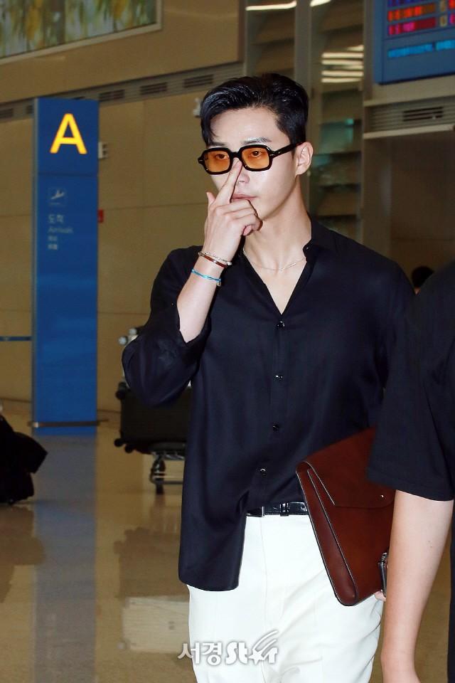 """Park Seo Joon bỗng xuất hiện với vẻ ngoài xuề xòa, luộm thuộm khác hẳn """"Phó chủ tịch"""" bảnh bao ngời ngời trên phim - ảnh 5"""