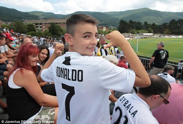 Fan Juventus xếp hàng chật kín đường chờ xem Ronaldo thi đấu - ảnh 5