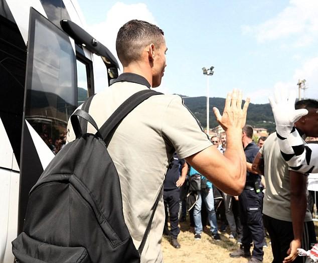 Fan Juventus xếp hàng chật kín đường chờ xem Ronaldo thi đấu - ảnh 2