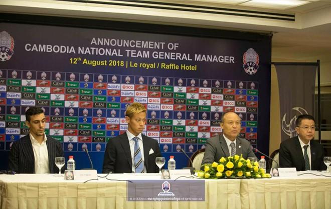 Sao Nhật Bản Honda bất ngờ nắm tuyển Campuchia, đối đầu Việt Nam tại AFF Cup 2018 - ảnh 1