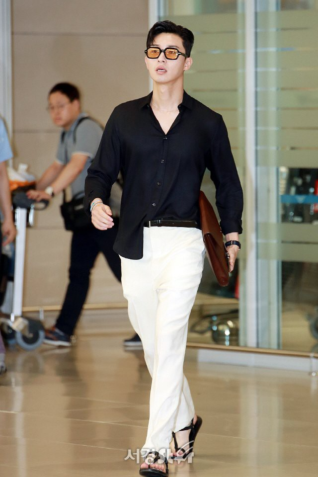 """Park Seo Joon bỗng xuất hiện với vẻ ngoài xuề xòa, luộm thuộm khác hẳn """"Phó chủ tịch"""" bảnh bao ngời ngời trên phim - ảnh 1"""