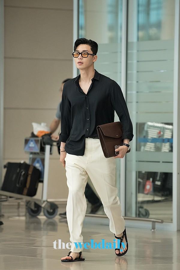 """Park Seo Joon bỗng xuất hiện với vẻ ngoài xuề xòa, luộm thuộm khác hẳn """"Phó chủ tịch"""" bảnh bao ngời ngời trên phim - ảnh 4"""