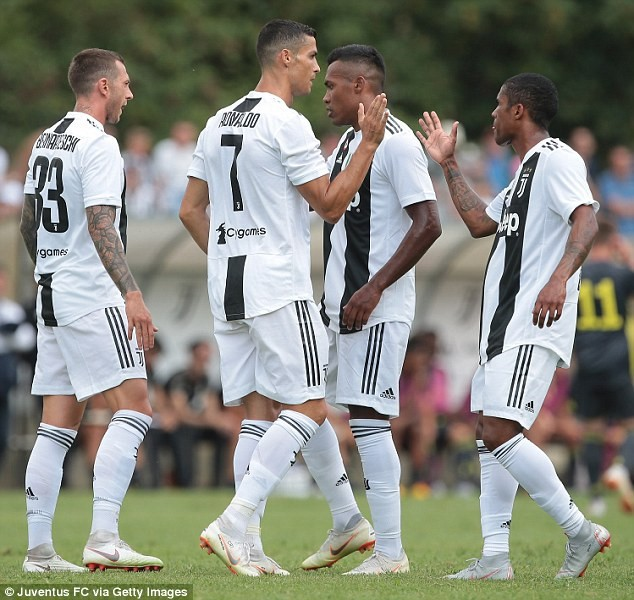 Hàng ngàn CĐV náo loạn trong ngày Ronaldo ghi bàn thắng đầu tiên cho Juventus - ảnh 2