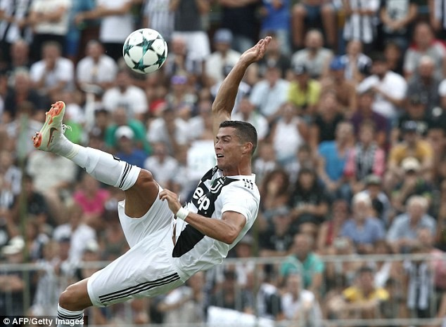Hàng ngàn CĐV náo loạn trong ngày Ronaldo ghi bàn thắng đầu tiên cho Juventus - ảnh 3