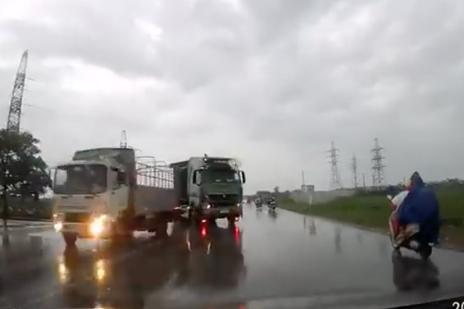 Bắc Ninh: Tài xế xe con bẻ lái xuất thần tránh tai nạn thảm khốc với xe tải vượt ẩu - ảnh 1