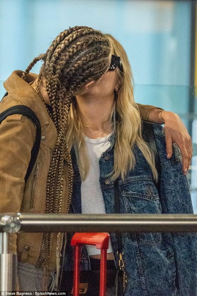 Hết hẹn hò con gái Michael Jackson, Cara Delevingne lại khóa môi đồng giới với người đẹp mới - Ảnh 1.