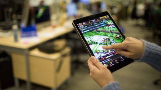 Cựu giám đốc thư viện Mỹ bị bắt vì nạp 2 tỷ đồng tiền công quỹ vào game mobile - ảnh 1