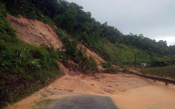 Hàng chục ngôi nhà Nghệ An bị mưa lũ cuốn trôi, nhiều bản làng bị cô lập