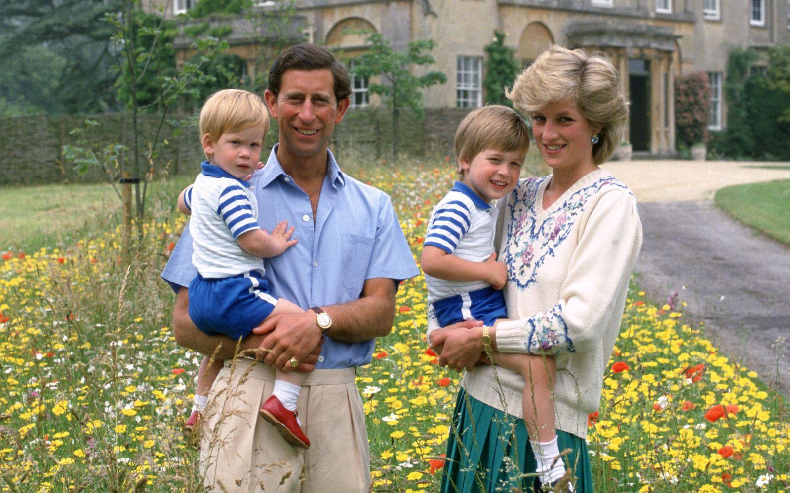 """Diện đồ ton-sur-ton và tự tay lựa trang phục """"đẹp cả đôi"""" cho hai con, Công nương Diana đích thực là bà mẹ Hoàng gia sành điệu nhất!"""