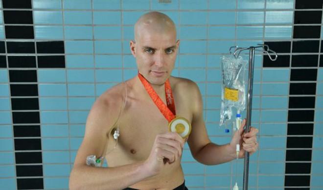 Từng đánh bại bệnh bạch cầu rồi giành HCV Olympic, VĐV này vừa hoàn thành chặng bơi marathon dài 163km trong 55h để gây quỹ nghiên cứu ung thư - ảnh 4