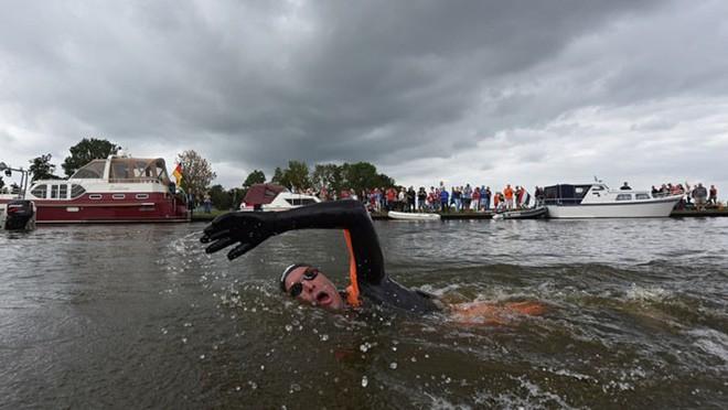 Từng đánh bại bệnh bạch cầu rồi giành HCV Olympic, VĐV này vừa hoàn thành chặng bơi marathon dài 163km trong 55h để gây quỹ nghiên cứu ung thư - ảnh 8