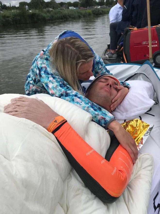 Từng đánh bại bệnh bạch cầu rồi giành HCV Olympic, VĐV này vừa hoàn thành chặng bơi marathon dài 163km trong 55h để gây quỹ nghiên cứu ung thư - ảnh 9