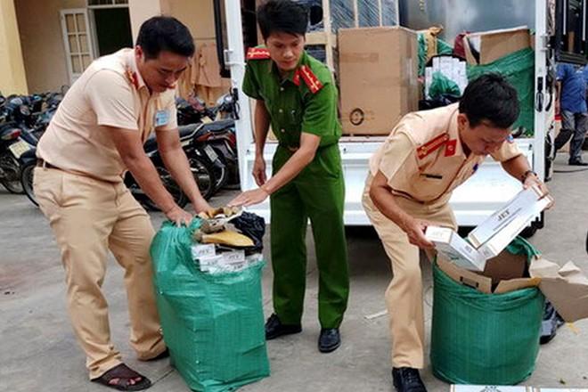 CSGT bắt vụ vận chuyển 11 nghìn gói thuốc lá lậu giả... bánh tráng - ảnh 1
