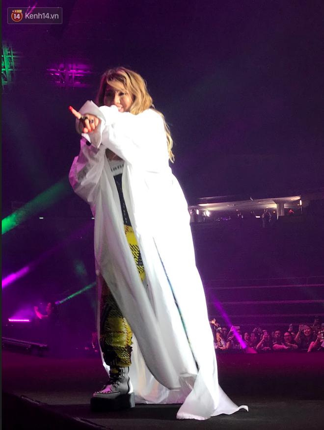 Độc quyền từ Sing: CL diện quần áo lùm xùm trong lần đầu biểu diễn sau khi gây sốc với thân hình phát tướng - Ảnh 1.