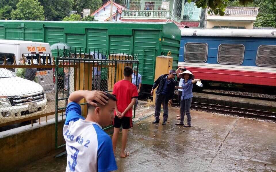 Hàng trăm hành khách phải chuyển tải do sạt lở đường sắt ở Lào Cai