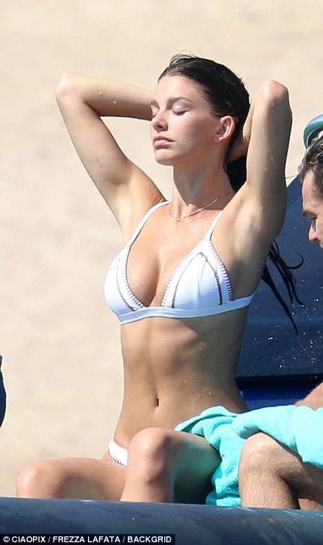 Bạn gái kém 22 tuổi của Leonardo DiCaprio khoe body nóng bỏng cực hút mắt dù ảnh chưa được photoshop - Ảnh 2.