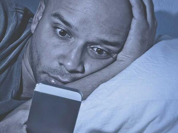 Thêm một lý do để ngưng xem điện thoại buổi đêm: nguy cơ ảnh hưởng mắt là có thật - Ảnh 1.