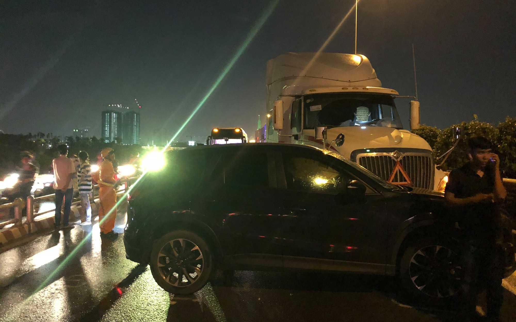 Ô tô chở trẻ em gặp nạn rồi chắn ngang đường, cao tốc TP. HCM - Long Thành - Dầu Giây tê liệt nhiều giờ
